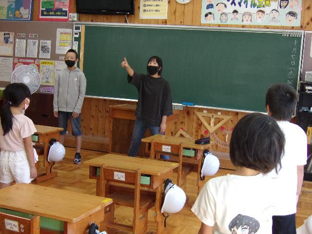 http://www.kitashitara.jp/taguchi-el/%EF%BC%94%E5%B9%B4%E6%95%99%E5%AE%A4.JPG